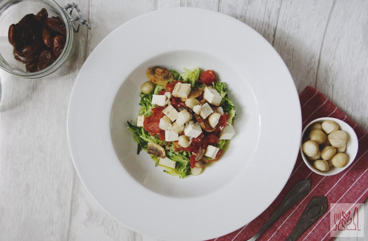 Cukiniowy makaron z sosem pomidorowo-pieczarkowym