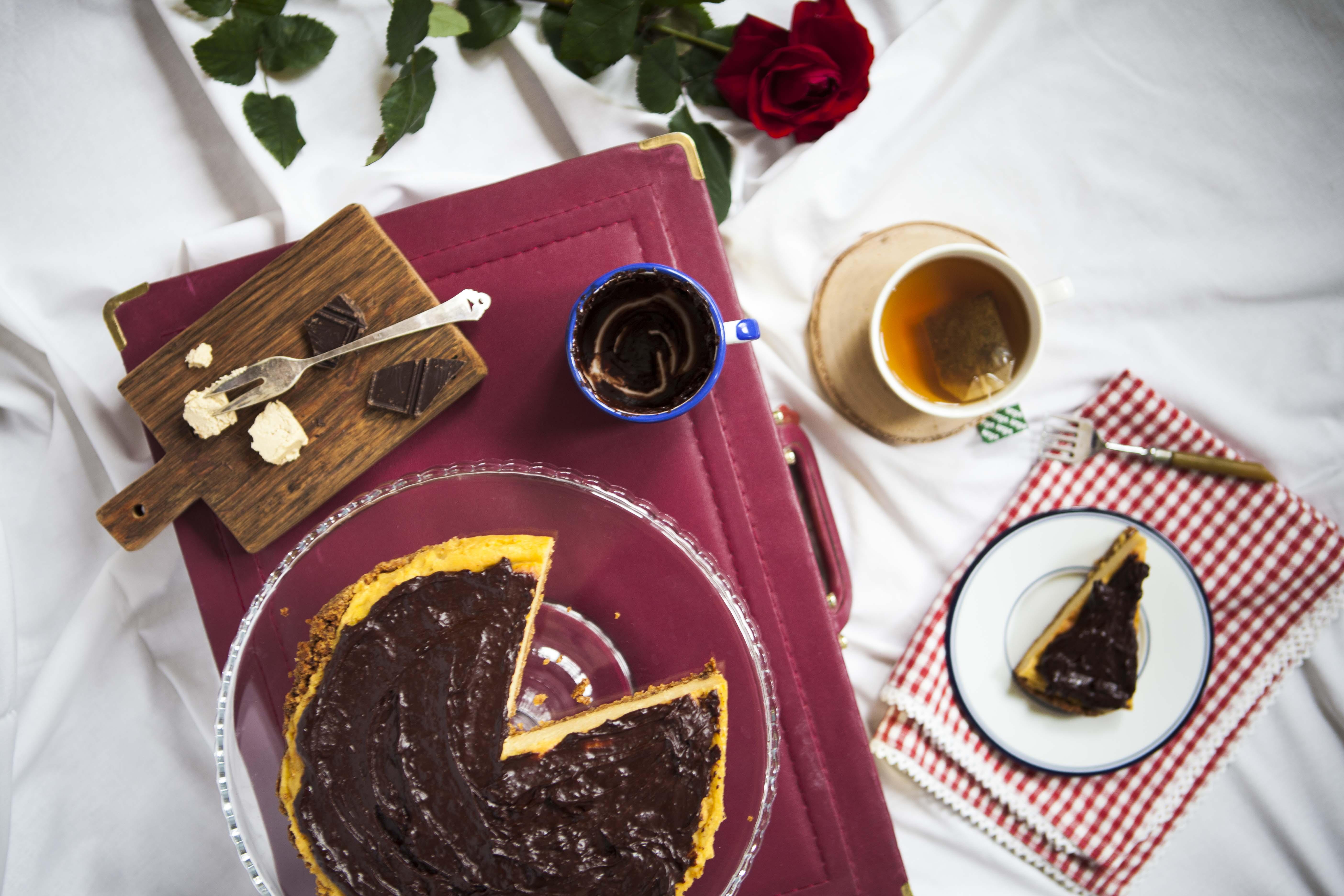 Sernik jaglany chałwowy na ciasteczkowym spodzie